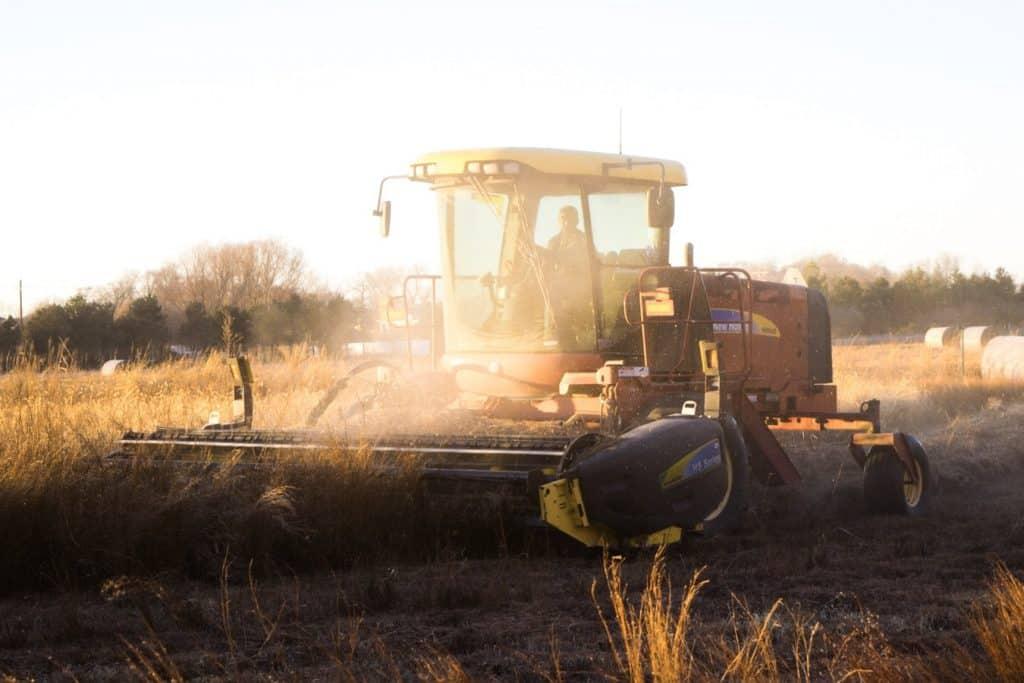 Agriculteur au volant de sa moissonneuse-batteuse