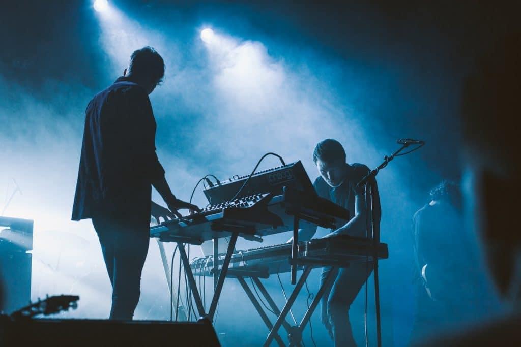 Deux musiciens sur scène lors d'un concert de musique