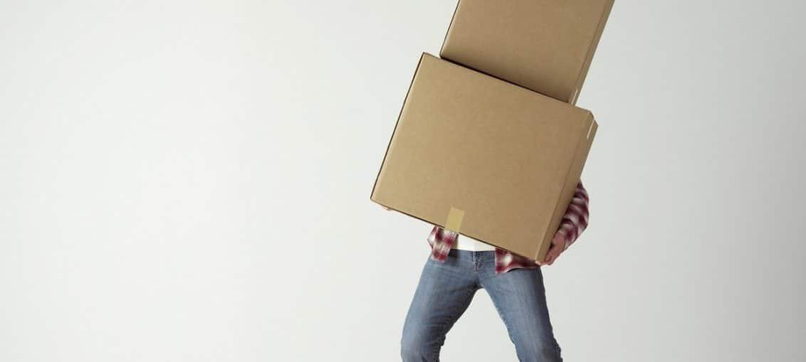 homme portant des cartons déménagement