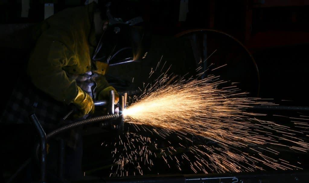 Ouvrir qui utilise des outils bruyants comme une scie circulaire