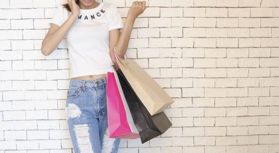 femme avec sacs shopping