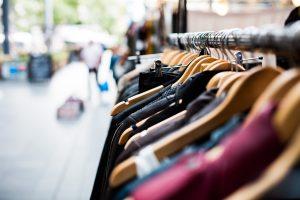 cintres vêtements magasin