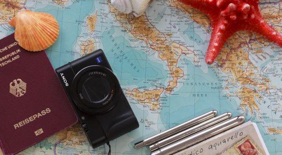 carte du monde avec passeport appareil photo étoiles de mer et coquillages