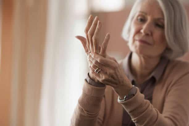 Femme âgée qui souffre d'arthrose des mains