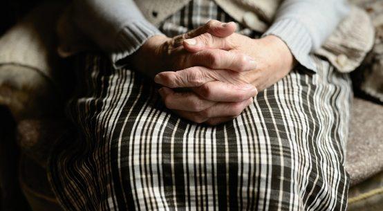 Gros plan sur les mains d'une personne âgée souffrant de troubles de la santé liés à la vieillesse