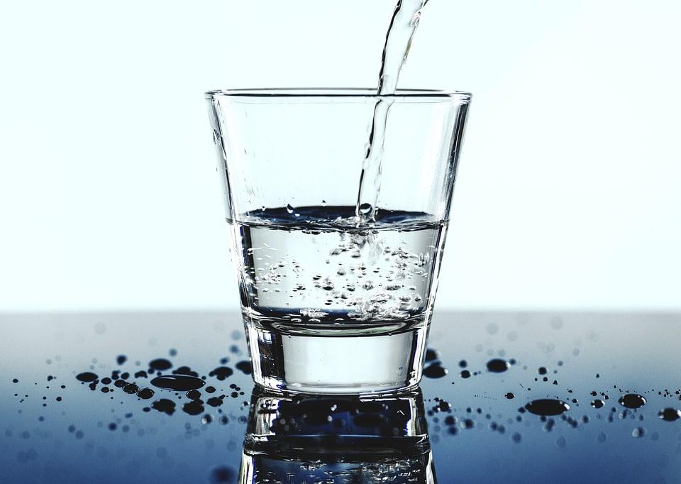 Verre d'eau à boire pour avoir une bonne hydratation