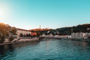La colline de Fourvière vue depuis un pont sur la Saône au coucher du soleil