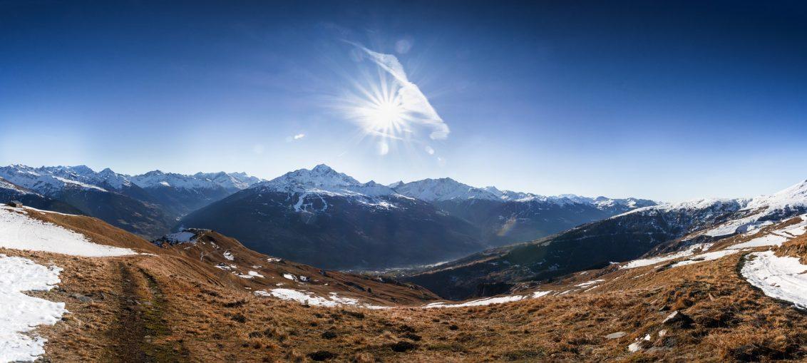 Vue panoramique d'un massif de montagne en Savoie