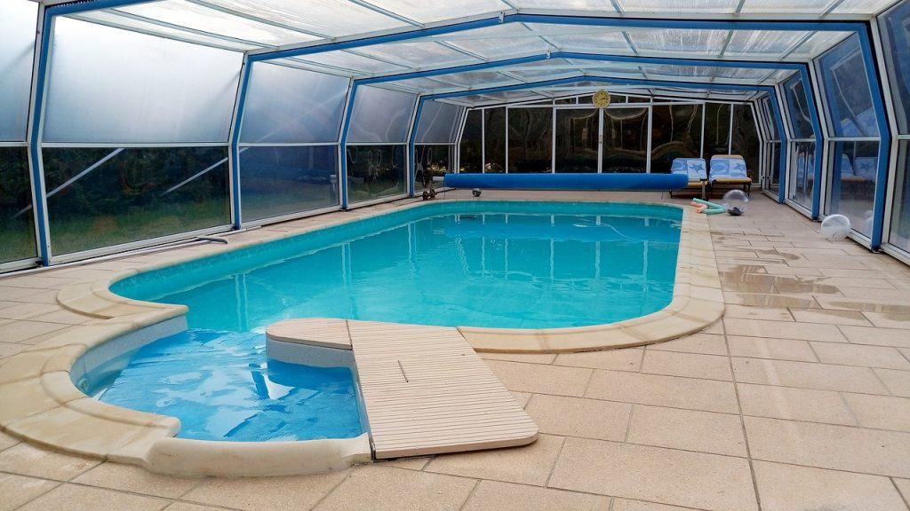 piscine sous un abris transparent