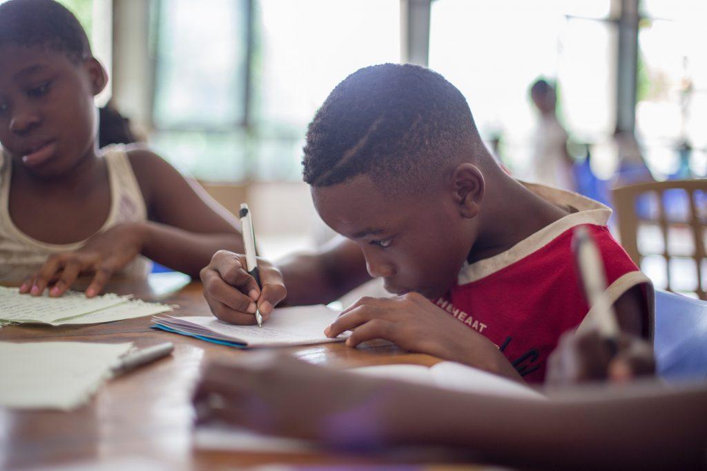 enfant en pleine concentration