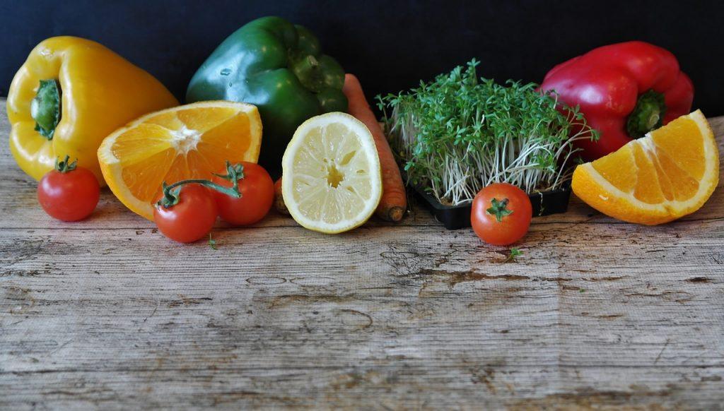 fruits et légumes sur table en bois