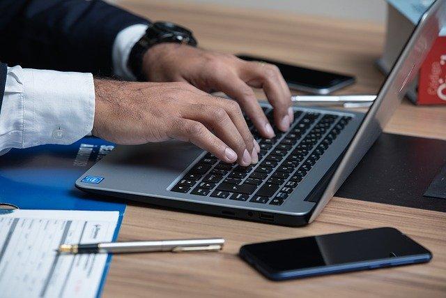 offre location bureaux homme sur ordinateur